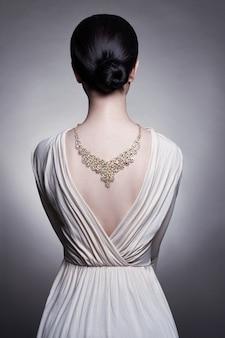 女の子の首に宝石美しい金のネックレス