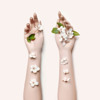 ファッションアートの肖像画の女性の夏の花の手