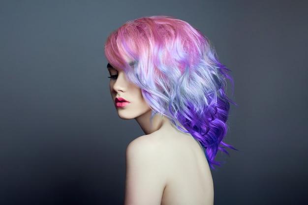 明るい色の空飛ぶ髪、すべて紫の色合いを持つ女性の肖像画。髪の色、美しい唇、メイク。風になびく髪。短い髪のセクシーな女の子。プロのカラーリング