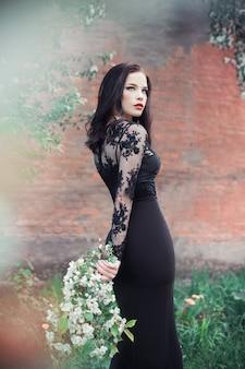 Искусство моды женщина летом цветущая яблоня