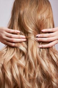 Красивые крепкие волосы женщины, укрепляющие и восстанавливающие корни волос.