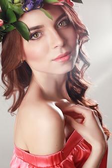 陽気な陽気な春の女性。サマーレディピンクドレス