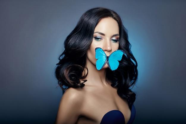 Красивая загадочная женщина бабочки голубого цвета