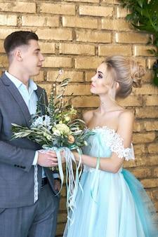 新婚カップル、結婚式の前にカップルを愛する