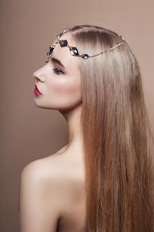 セクシーなファッションの若いブロンドの女の子の髪の宝石類