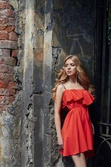 Наружная мода красивая молодая женщина фото