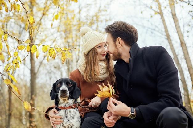 Влюбленная пара в день святого валентина гуляет с собакой