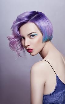 Портрет женщины с яркими разноцветными волосами