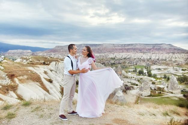美しいカップルがバレンタインデーを祝う