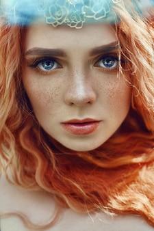 大きな目を持つ美しい赤毛ノルウェーの女の子