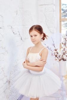 若いバレリーナ少女はバレエの準備をしています。