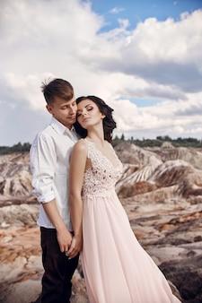 Влюбленная пара в сказочные горы обниматься