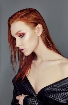 長い髪とセクシーな裸の美しい赤毛の女の子