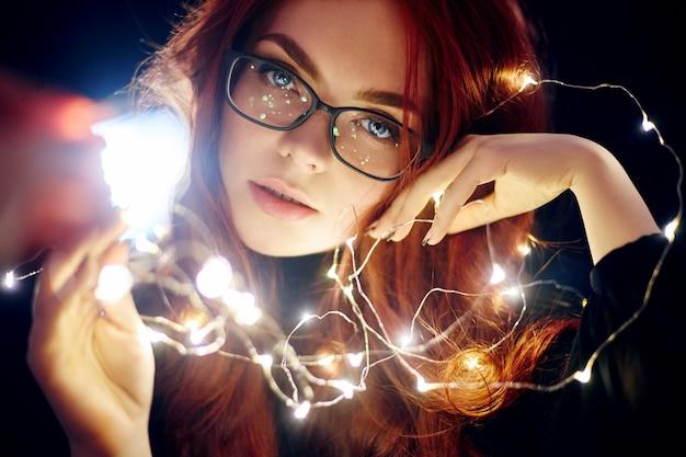 赤い髪の芸術の肖像画の女性