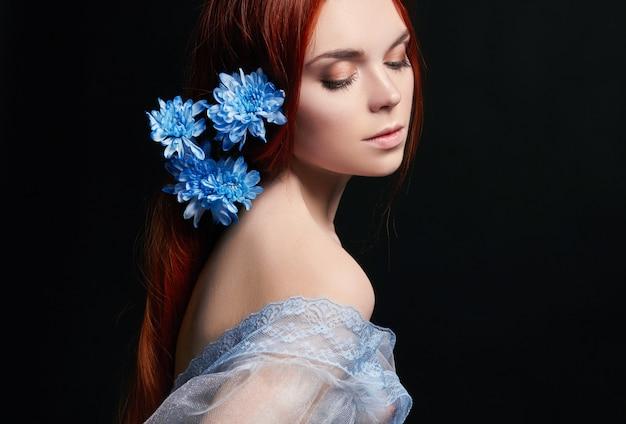 レトロな長い髪とセクシーな美しい赤毛の女の子