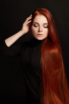 長い髪とセクシーな美しい赤毛の女の子