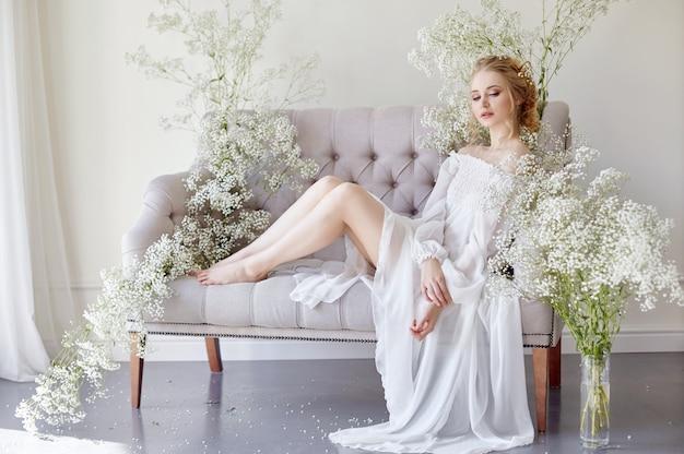 少女の白い光のドレスと巻き毛、肖像画