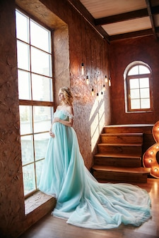 妊娠中の花嫁金髪の母親になる準備をして
