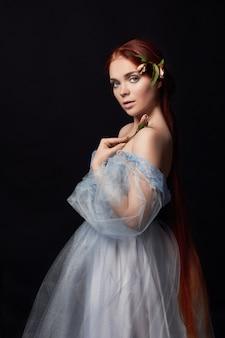 ドレスの長い髪とセクシーな美しい赤毛の女の子