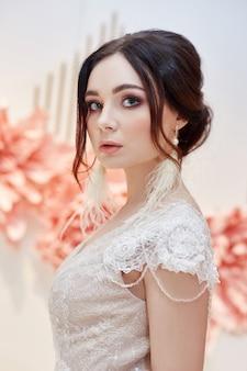 美しいウェディングドレスの高級女性の花嫁