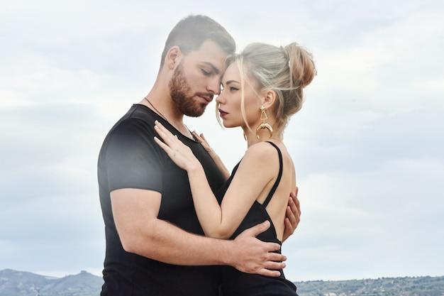 Влюбленная восточная пара в горах обнимает и целует