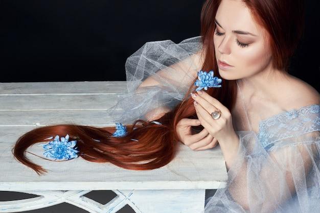 長い髪、美しさとセクシーな美しい赤毛の女の子
