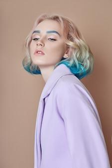 Портрет женщины весной яркие цветные летающие волосы