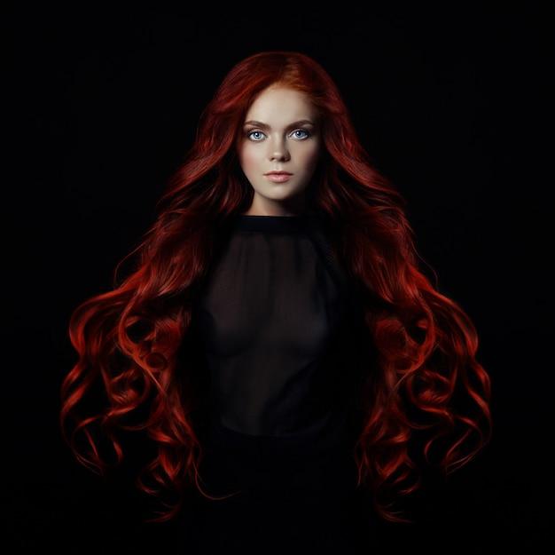 長い髪と赤毛のセクシーな女性の肖像画
