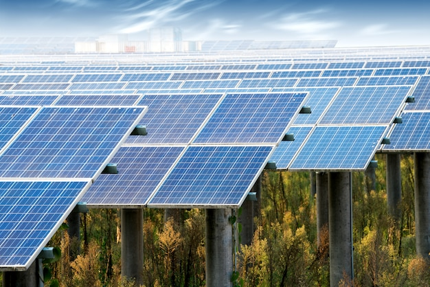 Фотоэлектрические панели для производства электроэнергии из возобновляемых источников, наварра, арагон, испания.