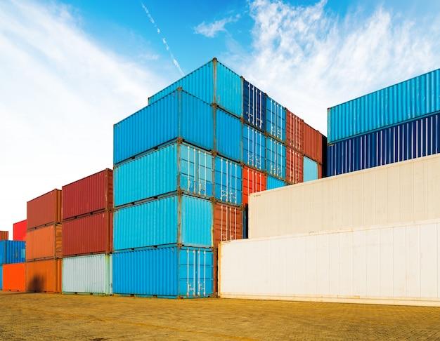 青空の下で物流輸出入業の産業用コンテナヤード