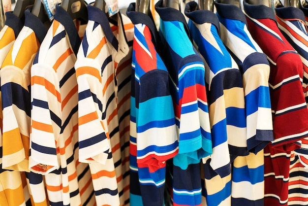 オーストラリア、メルボルンのデザイナーブランドの洋服店の棚に衣服が掛かる
