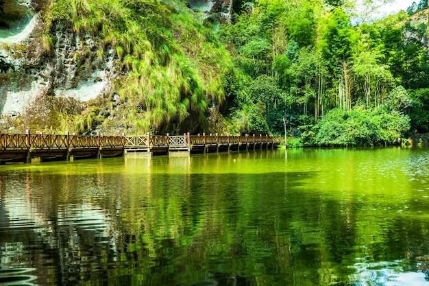 山の湖の風景
