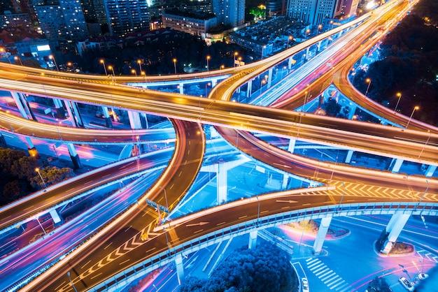 等級分離橋の上の光の道のクローズアップ