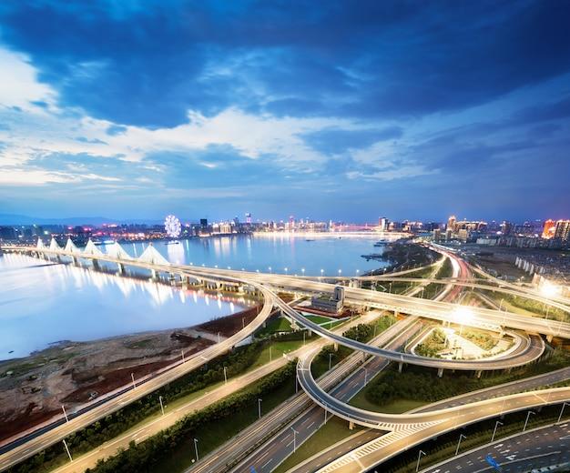 Красивый мост наньпу в сумерках, пересекает реку хуанпу