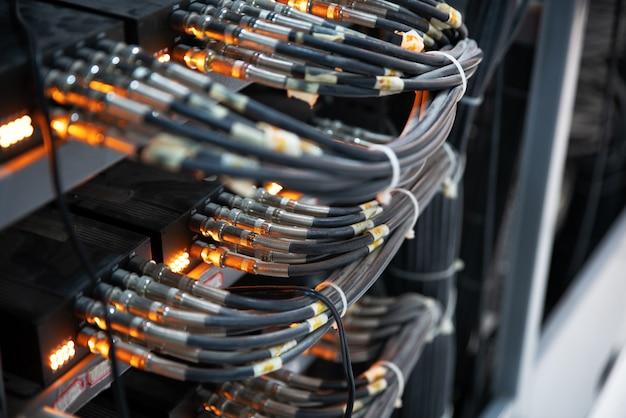 Сетевые кабели, подключенные к сетевым коммутаторам