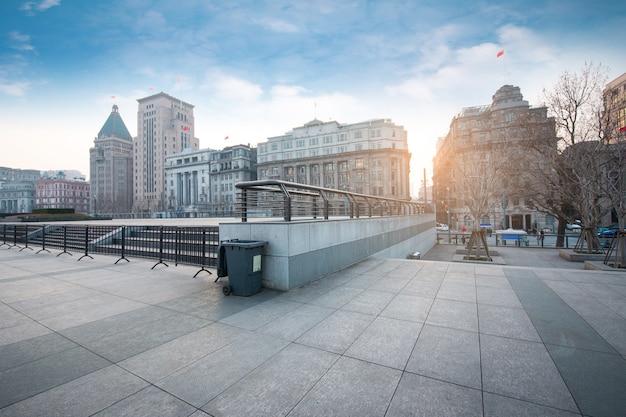 空の広場と近代的なオフィスビル