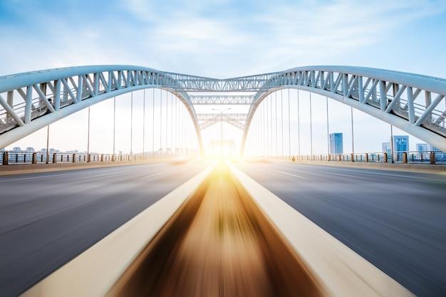 近代的な橋の夜