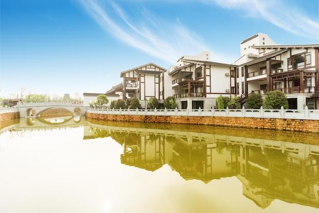 揚子江に架かる重慶、中国のダウンタウンの街のスカイライン。