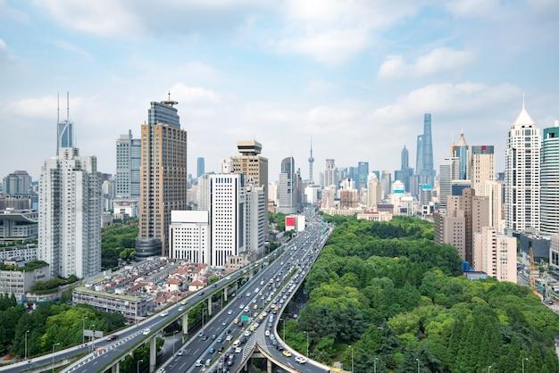 上海の夕暮れ時に高架道路