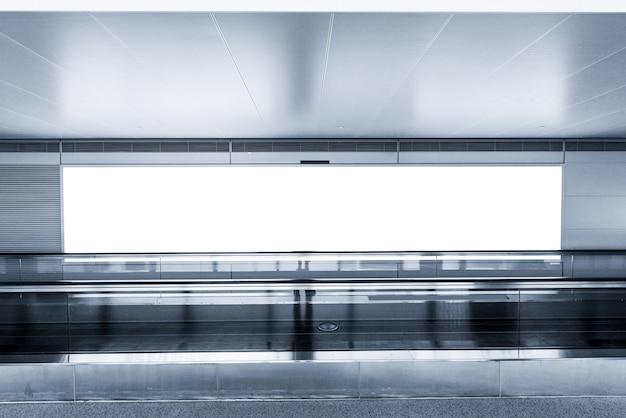 空の看板と国際空港でモダンなエスカレーター