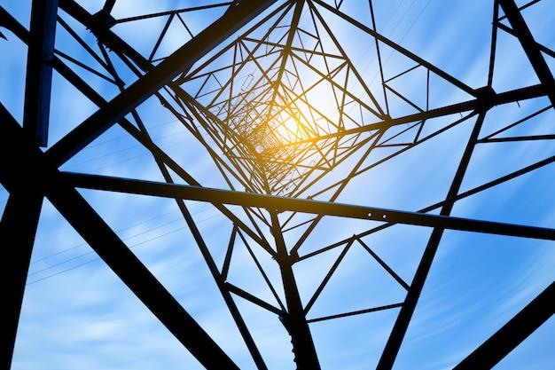 高電圧ポスト。高電圧塔の空の背景。