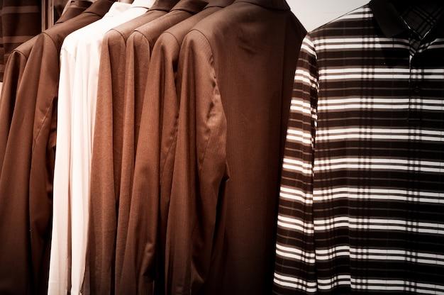 近代的なショップのブティックでハンガーの服