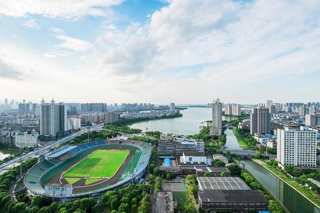 Футбольное поле в большом городе - бангкок, таиланд с красивым небом. бангкок город с закатом.