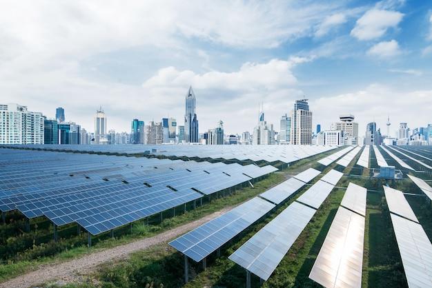 都市背景の太陽電池パネル、上海、中国。