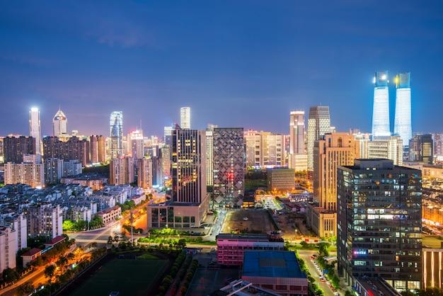 Бангкок ночной вид с небоскребом в деловом районе в бангкоке, таиланд