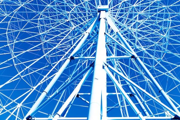 Колесо обозрения на голубом небе