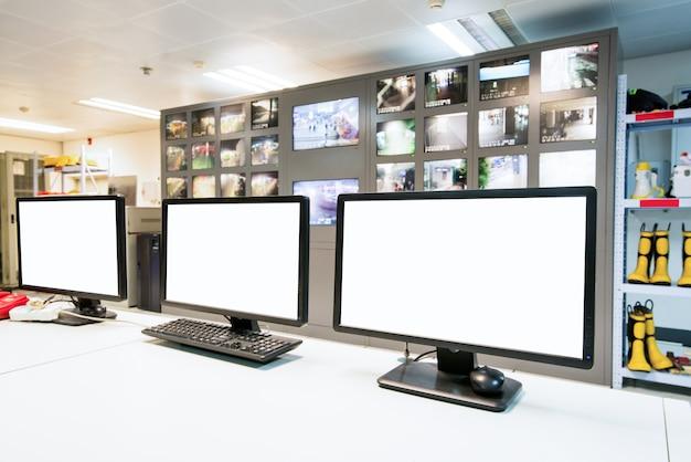 現代のプラント制御室とコンピュータモニタ