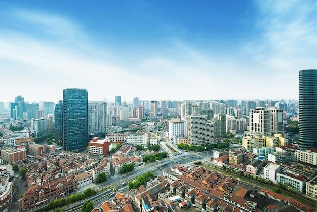 上海のスカイラインと夕暮れ時の街並み