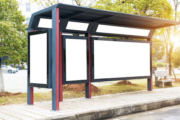 これは、広告主が広告コピーのサンプルをバス待合所に置くためのものです