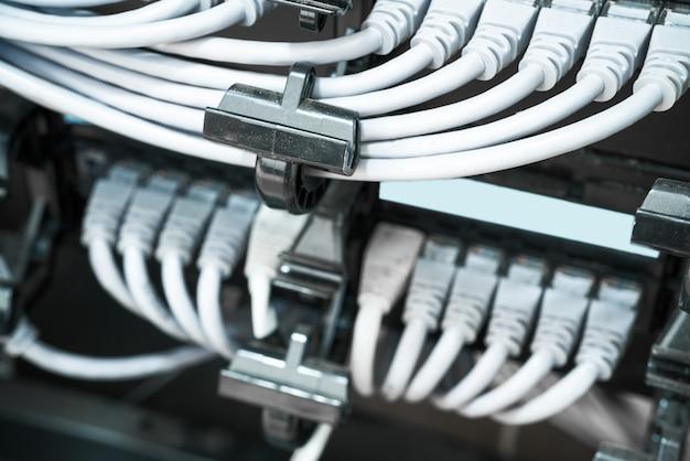 データセンターのネットワークパネル、スイッチ、ケーブル